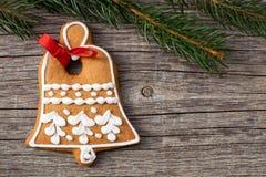Galleta de la Navidad del pan de jengibre y ramas spruce en un CCB de madera Fotos de archivo