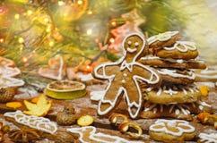 Galleta de la obra clásica del pan de jengibre Decoraciones de la Navidad con el hombre de pan de jengibre Foto de archivo