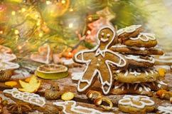 Galleta de la obra clásica del pan de jengibre Decoraciones de la Navidad con el hombre de pan de jengibre Fotografía de archivo