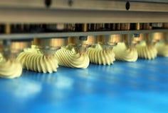 Galleta de la producción en fábrica Imágenes de archivo libres de regalías