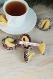 Galleta de la suerte adornada con el chocolate y el té Imagenes de archivo