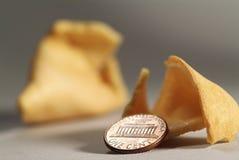 Galleta de la suerte y moneda Fotografía de archivo