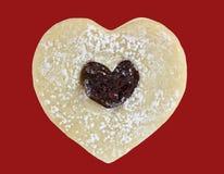 Galleta de mantequilla en forma de corazón con el atasco imagenes de archivo