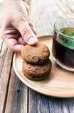 Galleta de microprocesador de chocolate de la cosecha de la mano de la mujer Fotografía de archivo libre de regalías