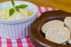 Galleta del arroz con la salsa Fotografía de archivo libre de regalías