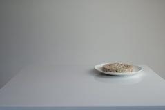 Galleta del arroz en una placa Fotos de archivo libres de regalías