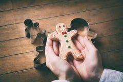 Galleta del hombre de pan de jengibre de la Navidad con las formas Foto de archivo libre de regalías