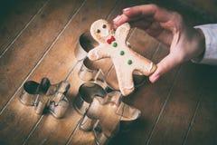 Galleta del hombre de pan de jengibre de la Navidad con las formas Imágenes de archivo libres de regalías