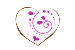 Galleta del jengibre de la forma del corazón con la formación de hielo blanca y rosada Imagen de archivo libre de regalías