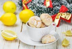 Galleta del limón con el azúcar en polvo en una taza blanca Fotos de archivo libres de regalías