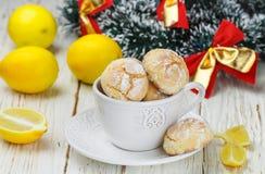 Galleta del limón con el azúcar en polvo en una taza blanca Imágenes de archivo libres de regalías