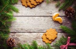 Galleta del pan de jengibre con los mandarines en fondo de la Navidad Foto de archivo