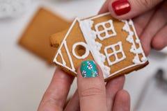 Galleta del pan de jengibre de la Navidad en mano femenina Imagen de archivo