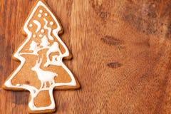 Galleta del pan de jengibre del árbol de navidad Imagen de archivo libre de regalías
