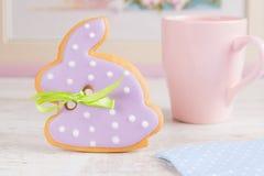 Galleta del pan de jengibre del conejo de conejito de pascua Fotos de archivo libres de regalías