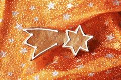 Galleta del pan de jengibre en mantel de la Navidad Foto de archivo