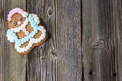 Galleta del pan de jengibre de la Navidad en la tabla de madera Foto de archivo libre de regalías