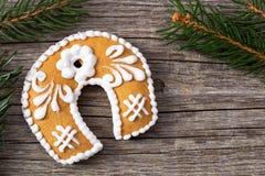 Galleta del pan de jengibre de la Navidad y ramas spruce en un CCB de madera Foto de archivo libre de regalías