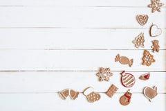 Galleta del pan de jengibre por Año Nuevo en el copyspace de madera blanco de la opinión superior del fondo Imagen de archivo