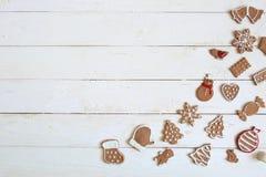 Galleta del pan de jengibre por Año Nuevo en el copyspace de madera blanco de la opinión superior del fondo Foto de archivo libre de regalías