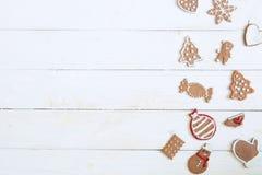 Galleta del pan de jengibre por Año Nuevo en el copyspace de madera blanco de la opinión superior del fondo Fotografía de archivo libre de regalías