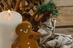 Galleta del pan de jengibre por el adornamiento iluminado de la vela y de la forma de la estrella Fotos de archivo libres de regalías
