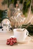 Galleta del pan de jengibre y taza de té Día de fiesta co del Año Nuevo de la Navidad Imagenes de archivo