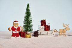 Galleta divertida de santa de la Navidad con la caja del árbol de navidad y de regalo con referencia a foto de archivo