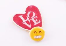 Galleta en forma de corazón con el amor de la palabra escrito Imagen de archivo libre de regalías