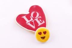 Galleta en forma de corazón con el amor de la palabra escrito Foto de archivo libre de regalías