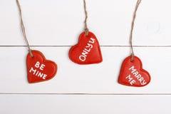 Galleta en la forma del corazón en el fondo blanco para las tarjetas del día de San Valentín Cosas dulces para el día de tarjeta  imagen de archivo libre de regalías