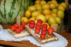 Galleta en una parada de la fruta Imagenes de archivo