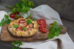 Galleta francesa con los tomates y el queso Foto de archivo libre de regalías