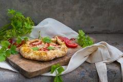 Galleta francesa con los tomates y el queso Imagen de archivo libre de regalías