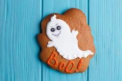 Galleta fresca del pan de jengibre de Halloween con la decoración del fantasma en pizca imagen de archivo