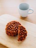 Galleta frita del cacahuete con la taza de té Imágenes de archivo libres de regalías