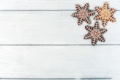 Galleta hecha en casa del pan de jengibre de la Navidad sobre la tabla de madera blanca Fotos de archivo libres de regalías
