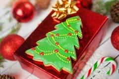Galleta perfecta de la Navidad del pan del jengibre formada como árbol de navidad Foto de archivo libre de regalías