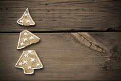 Galleta quebrada del árbol de navidad con el marco Imagen de archivo