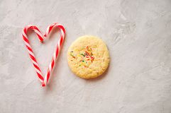 Galleta redonda del estilo americano con la torta dulce y el corazón del confeti Foto de archivo