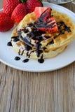 Galleta sana del desayuno con el jarabe de la fresa y de arce en el top Imágenes de archivo libres de regalías