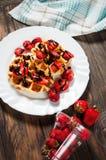 Galleta sana del desayuno con el jarabe de la fresa y de chocolate en el top Imagenes de archivo