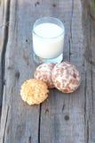 Galleta, tortas de especia y leche Imagenes de archivo