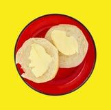 Galleta untada con mantequilla en un plato rojo fotos de archivo libres de regalías