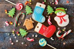 Galleta y caramelo de la Navidad en la madera Imagen de archivo