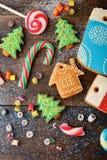 Galleta y caramelo en los tableros de madera de la Navidad Fotografía de archivo