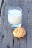 Galleta y leche Foto de archivo libre de regalías