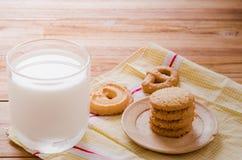 Galleta y leche Imágenes de archivo libres de regalías