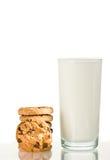 Galleta y leche de las virutas de chocolate. Foto de archivo