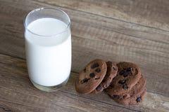 Galleta y leche, galletas del chocolate con leche fotos de archivo